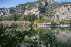 Rockowi grobowowie biorą gości brać przespacerowanie przez stron historia i brać one różny świat Fethiye, Turcja zdjęcia royalty free