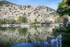 Rockowi grobowowie biorą gości brać przespacerowanie przez stron historia i brać one różny świat Fethiye, Turcja zdjęcia stock