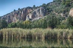 Rockowi grobowowie biorą gości brać przespacerowanie przez stron historia i brać one różny świat Fethiye, Turcja obrazy stock