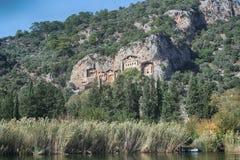 Rockowi grobowowie biorą gości brać przespacerowanie przez stron historia i brać one różny świat Fethiye, Turcja obrazy royalty free