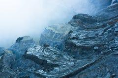 Rockowi pobliscy ijen krater pokrywy ciężkim dymem obraz royalty free