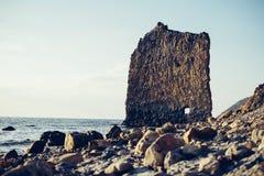 Rockowy żagiel na kamienia wybrzeżu Zdjęcie Stock