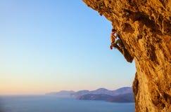 Rockowy arywista na nawisłej falezie Fotografia Royalty Free