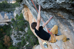 Rockowy arywista unosi się wymagającą falezę Krańcowy sporta climbi obraz royalty free