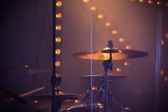 Rockowy bębenu set z cymbałkami i scen światłami Zdjęcia Royalty Free