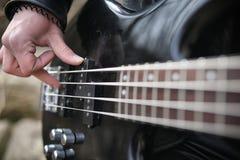 Rockowy gitarzysta na krokach Muzyk z basową gitarą w a fotografia royalty free
