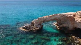 Rockowy i błękitny morze most naturalne zbiory wideo