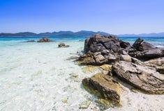Rockowy i biały piasek nad niebieskim niebem przy Ko Lipe, Tajlandia Fotografia Stock