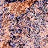 Rockowy kamień z fiołkiem i brown odcień teksturami, selekcyjna ostrość Dla tła, tło, substrat, składu use Zdjęcia Stock