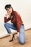 Rockowy kurczątko w skórzanej kurtce, pełna długość Fasonuje portret elegancka kobieta, studio strzał zdjęcie stock