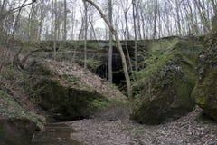 Rockowy most z głazami i lasem obraz stock