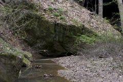 Rockowy most z głazami i lasem zdjęcie royalty free