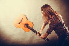 Rockowy muzyk niszczy jego gitarę Zdjęcia Royalty Free