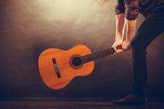Rockowy muzyk niszczy jego gitarę Fotografia Stock