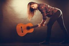Rockowy muzyk niszczy jego gitarę Fotografia Royalty Free