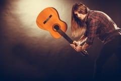 Rockowy muzyk niszczy jego gitarę Zdjęcie Royalty Free