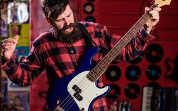 Rockowy muzyka pojęcie Muzyk, lider, piosenkarz sztuki gitara w muzyka klubie na tle Mężczyzna na rozkrzyczanej twarzy sztuce Obraz Stock