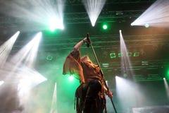 Rockowy piosenkarz na scenie z tłem zaświeca Fotografia Royalty Free