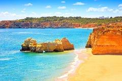 Rockowy Plażowy Praia da Rocha w Portimao Algarve Portugalia Obraz Royalty Free
