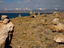 Rockowy równoważenie broguje przy Tybet słonej wody jeziorem - Namtso Zdjęcia Royalty Free