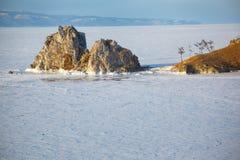Rockowy Shamanka na Olkhon wyspie w jeziornym Baikal w zimie Obrazy Stock