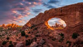 Rockowy łuk, sceniczny zmierzch, Wysklepia parka narodowego obrazy stock