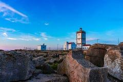 Rockowy widoku t?o z latarni? morsk? przyl?dek Carvoeiro, Peniche, Portugalia zdjęcia stock