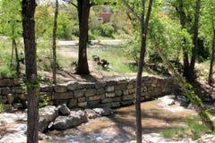 Rockowy wypust przy rzeki krawędzią Obrazy Royalty Free