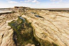 Rockpook claro en manera a la isla de Hilbre en el Wirral Foto de archivo libre de regalías