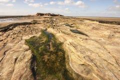 Rockpool en manera a la isla de Hilbre, Kirby del oeste, Wirral, Inglaterra Imagen de archivo libre de regalías