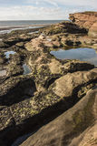 Rockpools y acantilado en la isla de Hilbre, Kirby del oeste, Wirral Imagen de archivo
