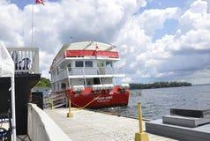 Rockport, el 25 de junio: Barco para 1000 travesías de las islas de Rockport en Canadá Imagenes de archivo
