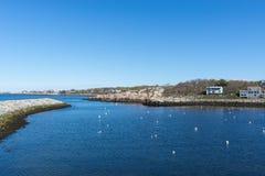 Rockport hamn med blått och ren himmel Arkivbild