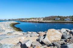 Rockporthaven met blauwe en schone hemel Stock Afbeeldingen