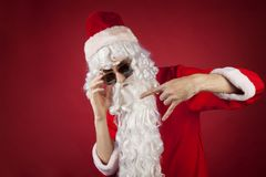 Rockrollenweihnachten auf einem roten Hintergrund Stockfotos