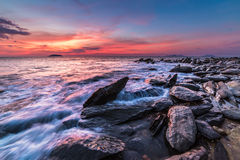 The rocks at the beach during sunset. Motion blur, soft focus du Royalty Free Stock Photos