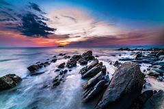 The rocks at the beach during sunset. Motion blur, soft focus du Royalty Free Stock Photography