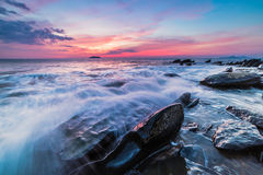 The rocks at the beach during sunset. Motion blur, soft focus du Royalty Free Stock Photo