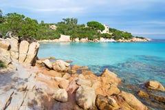 Rocks i den Capriccioli stranden Royaltyfri Foto