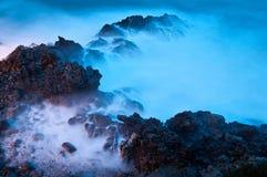 Rocks i wavesna. Royaltyfri Bild