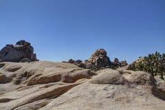 Rocks och stenblock för dal för Joshua Tree dolde Arkivbild