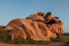 Rocks på den rosa granitkusten Arkivbilder