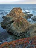 Rocks på den Soberanes punktGarrapata delstatsparken Arkivfoto