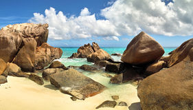 Rocks, sand och hav Royaltyfria Foton