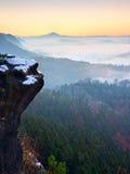 Rocks täckte med ny pulversnö, den dimmiga dalen stenig rock Royaltyfri Fotografi