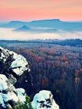 Rocks täckte med ny pulversnö, den dimmiga dalen stenig rock Royaltyfri Bild