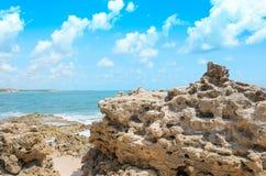 Rocks trängde igenom vid vågorna av havet royaltyfria foton