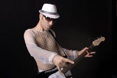 Rockstar con i vetri che tengono una chitarra Fotografia Stock Libera da Diritti