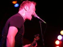 Rockstar, das Gitarre auf Stufe singt und spielt Lizenzfreies Stockfoto