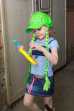 Rockstar des kleinen Mädchens in der Perückenspielgitarre Lizenzfreie Stockfotos